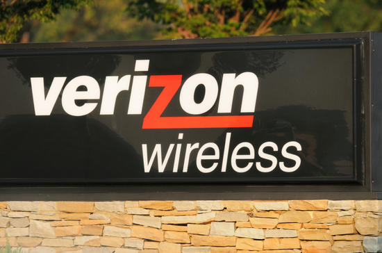 Verizon's profit sinks as it loses wireless subscribers